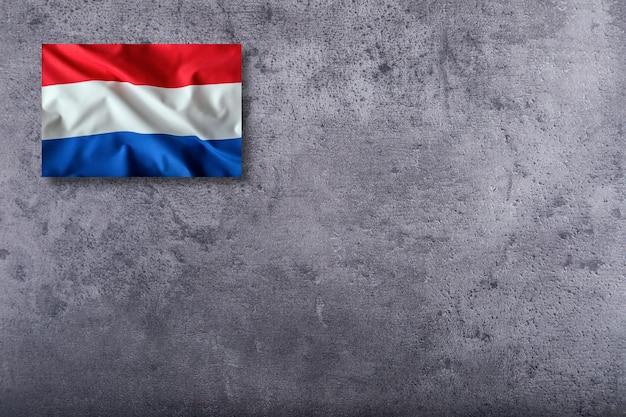 Nederlandse vlag. hollandse vlag. nederlandse vlag op concrete achtergrond.