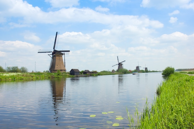 Nederlandse windmolens die in rivier, kinderdijk, holland nadenken