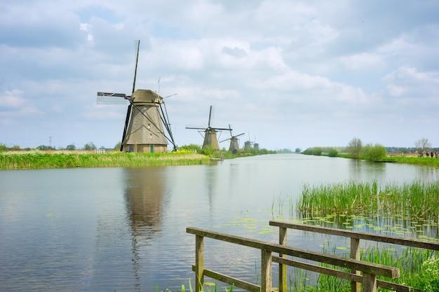 Nederlandse windmolens op rivieroever, kinderdijk, holland