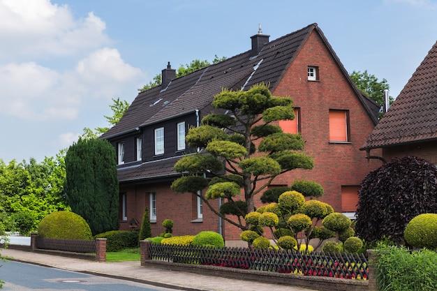 Nedersaksen duitsland straat in de voorstad van osnabrück derde grootste stad in de deelstaat nedersaksen