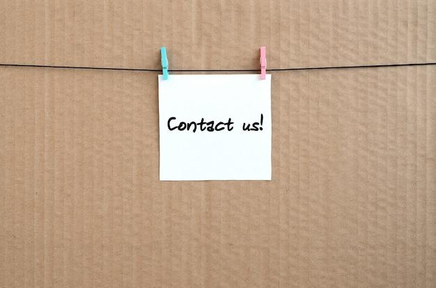 Neem contact met ons op! opmerking staat geschreven op een witte sticker die blijft hangen