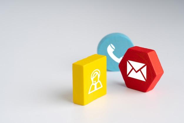 Neem contact met ons op pictogram op kleurrijke puzzel met hand
