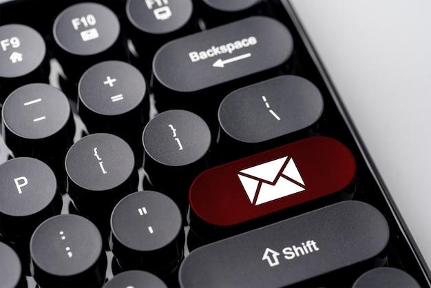 Neem contact met ons op zakelijke pictogram op computertoetsenbord in retro stijl