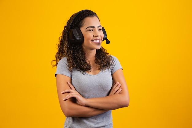 Neem contact op met de callcenterservice. klantenondersteuning, vrouwelijke verkoopagent. beller of telefoniste met gekruiste armen