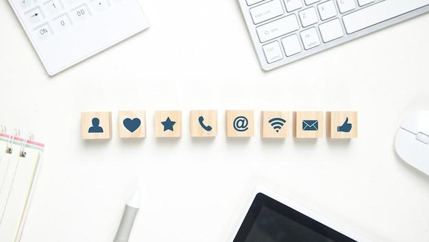 Neem contact op met symbolen op houten kubussen.
