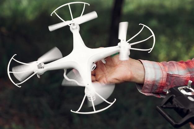Neem een drone die uit de hand vliegt.