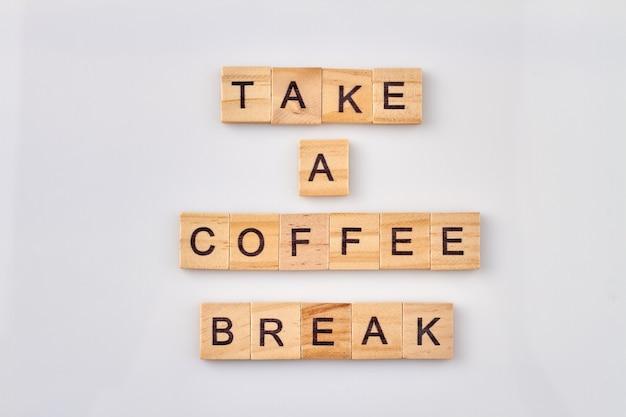 Neem een koffiepauze-tekst op blokjes. tijd om te ontspannen en te stoppen met werken. geïsoleerd op witte achtergrond.