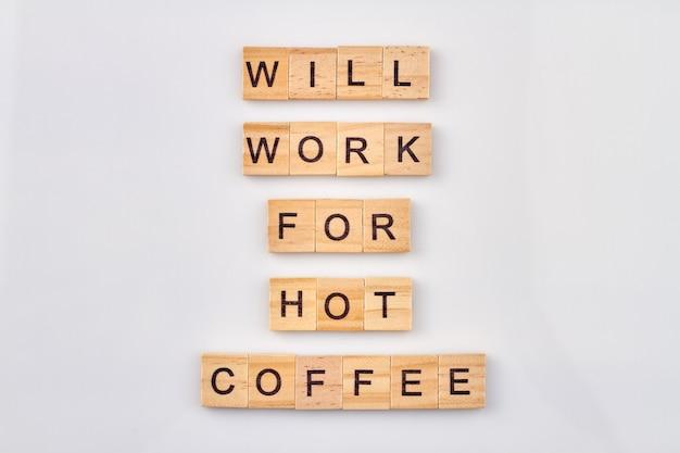 Neem een pauze-concept. zal werken voor hete koffie. woorden gemaakt van houten letterblokken geïsoleerd op een witte achtergrond.