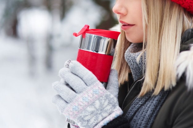 Neem een slok hete thee om op te warmen