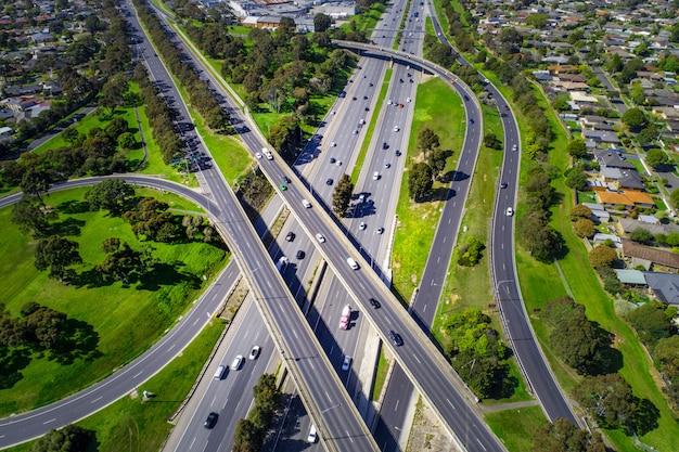 Neer te kijken naar de luchtfoto van de snelweguitwisseling