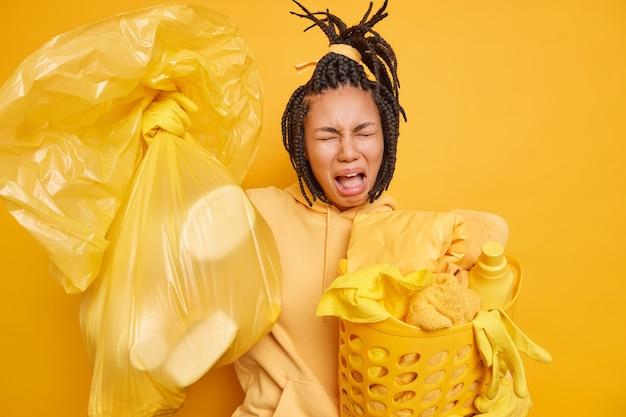 Neergeslagen gefrustreerde vrouw verwijdert afval en vuil Premium Foto