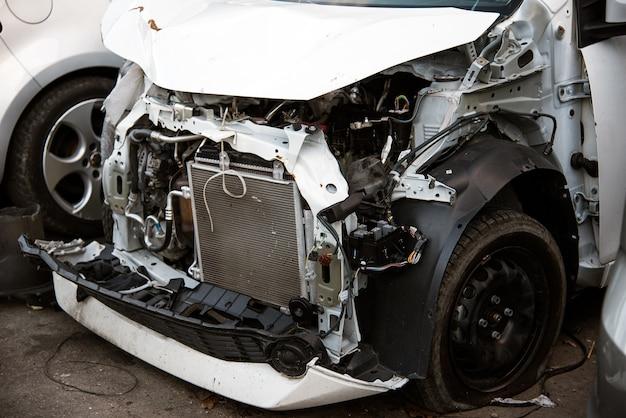 Neergestorte auto zonder bumper en spatborden
