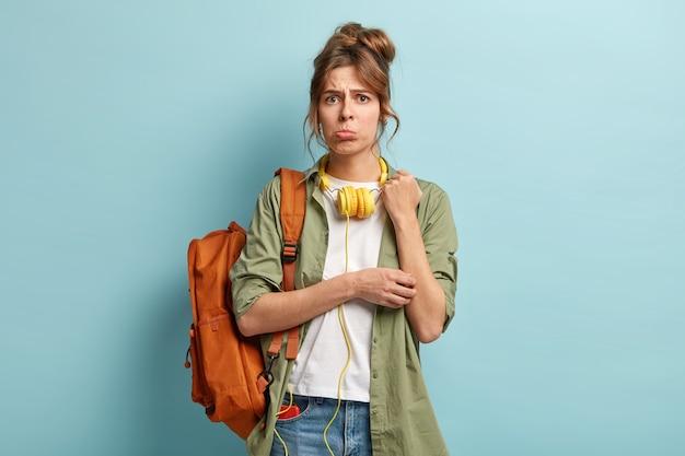 Neerslachtige jonge vrouw in een lage geest, portretteert onderlip