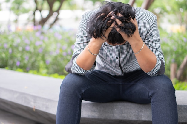 Negatieve emotie gezichtsuitdrukking gevoelens. aziatische zakenman in depressie benadrukt vanwege werkproblemen