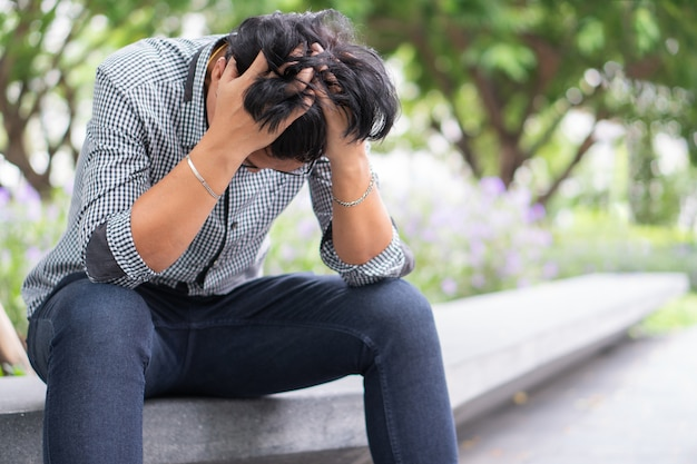 Negatieve emotie gezichtsuitdrukking gevoelens. aziatische zakenman in depressie met hands-on voorhoofd vanwege werkproblemen benadrukt