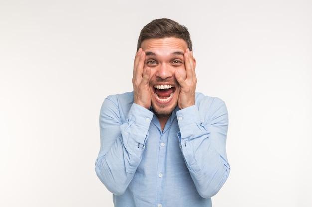Negatieve emoties en mensen concept - knappe man bang iets op witte achtergrond.