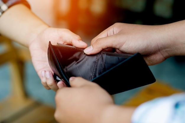 Negatieve financiële voorwaarden ernstig geldgebrek twee mannen met lege portemonnees met werklozen