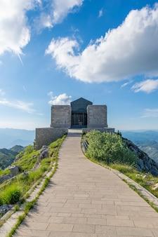 Negosh mausoleum op de top van de hoge en pittoreske berg lovcen.