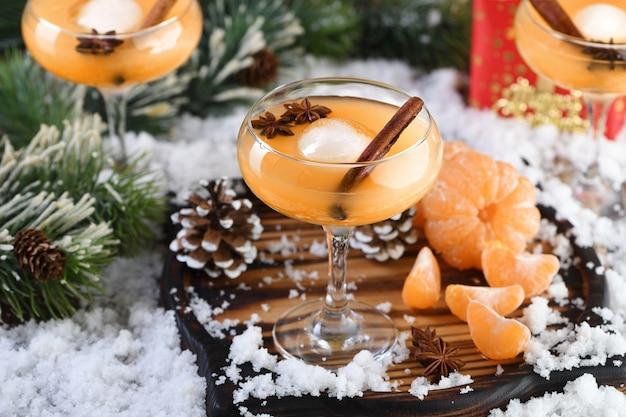 Negroni-cocktail. bourbon met kaneel met mandarijnensap en steranijs.