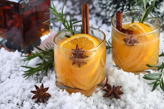 Negroni-cocktail. bourbon met kaneel met sinaasappelsap en steranijs. de perfecte gezellige cocktail voor frisse decemberavonden.