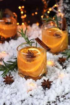 Negroni-cocktail. bourbon met kaneel met sinaasappelsap en steranijs. de perfecte gezellige cocktail voor koude decemberavonden.