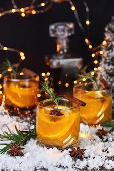 Negroni cocktail bourbon met kaneel met sinaasappelsap en steranijs