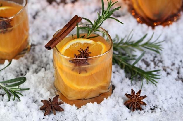 Negroni-cocktail. bourbon met kaneel met sinaasappelsap en steranijs.