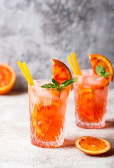 Negroni-cocktail met sinaasappel en ijs
