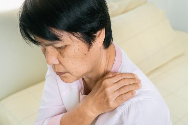 Nek- en schouderpijn van oude vrouw, gezondheidszorgprobleem van hoger concept