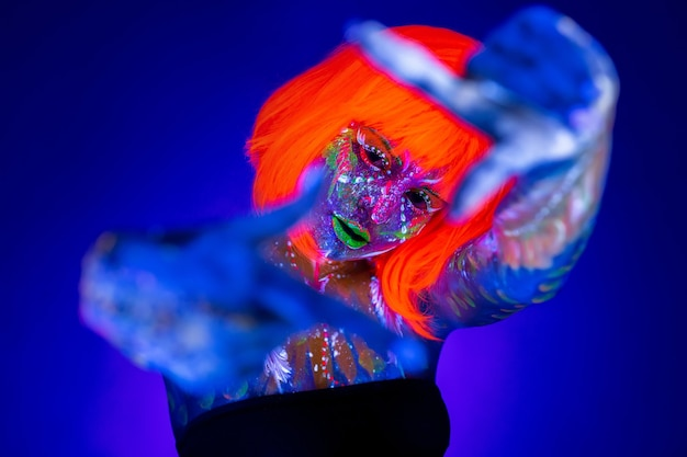 Neon vrouw dansen. fashion model vrouw in neon licht, portret van mooi model met fluorescerende make-up, art design van disco danseres poseren in uv, kleurrijke make-up