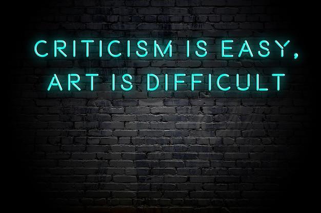 Neoninschrijving van positief wijs motiverend citaat tegen bakstenen muur