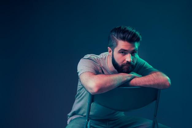 Neonportret van een jonge aantrekkelijke man