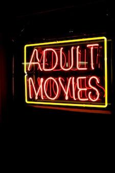 Neonreclame voor volwassen films