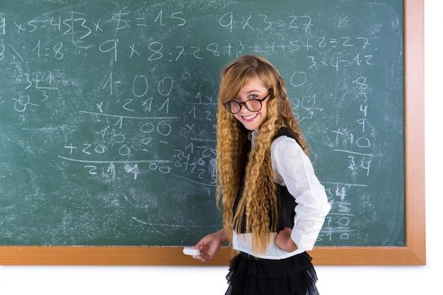 Nerd leerling blond meisje in groen raadsschoolmeisje
