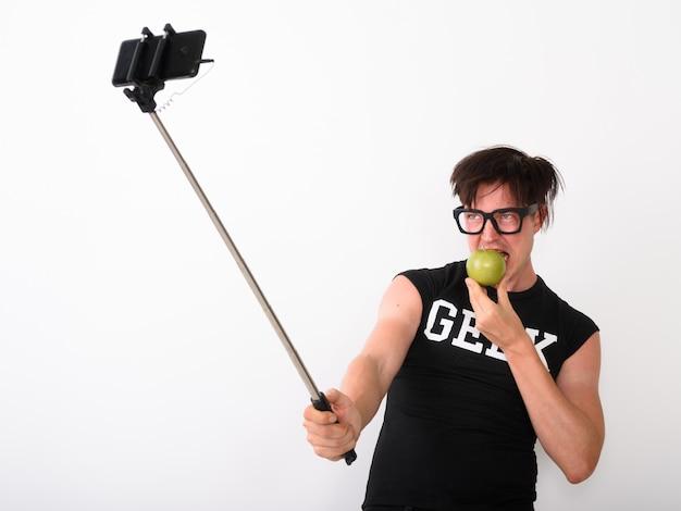 Nerd man nemen foto met mobiele telefoon in bijlage aan selfie stick