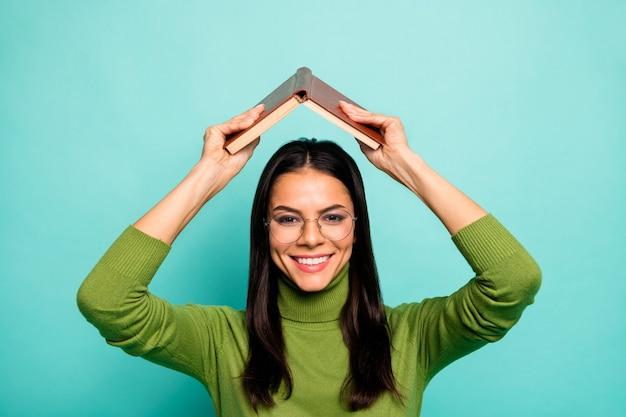 Nerd meisje met boek dakvorm boven het hoofd