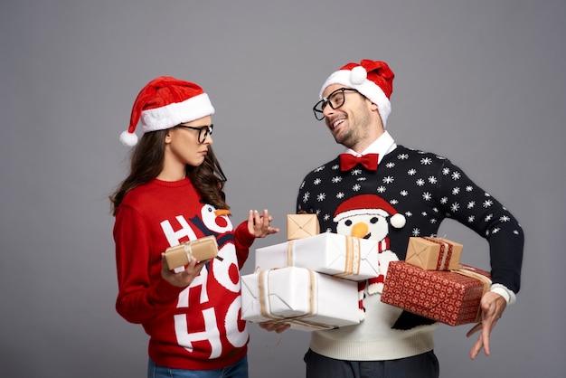 Nerd paar kerstcadeautjes uitwisselen