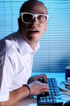 Nerd surfen op internet 's nachts