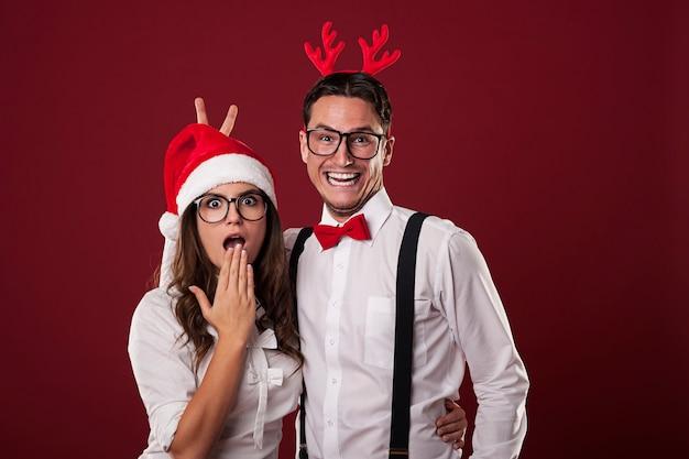 Nerdpaar heeft plezier in de kersttijd