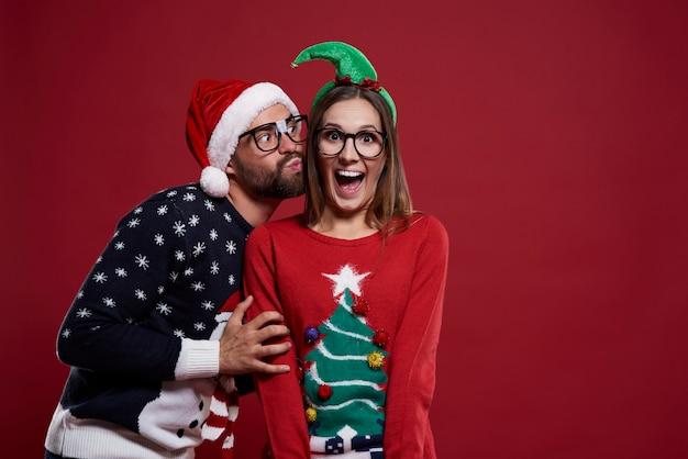 Nerdpaar in kerstmistijd geïsoleerd