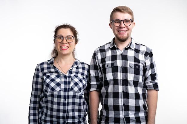 Nerds geek bebrilde en grappige mensen concept grappige paar in glazen knuffelen op wit