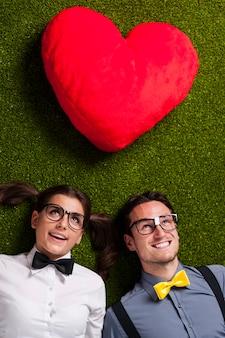 Nerdy paar verliefd liggend op gras