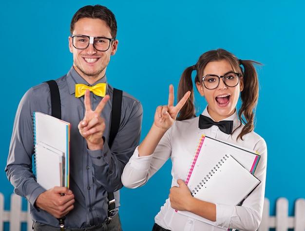 Nerdy studenten met notebook hebben plezier