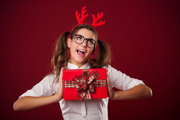 Nerdy vrouw met rode kerstcadeau