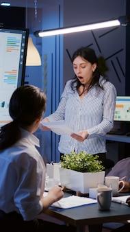 Nerveus woedend geïrriteerde zakenvrouw die schreeuwt terwijl ze overwerkt in de vergaderkamer
