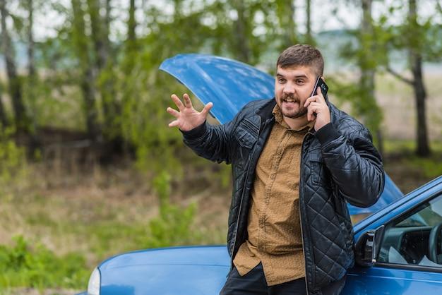 Nerveuze chauffeur belt telefonisch naar de helpdesk
