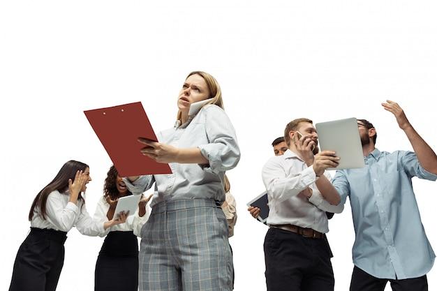 Nerveuze gespannen beleggers die de crisisbeurs analyseren met grafieken op het scherm van hun gadgets