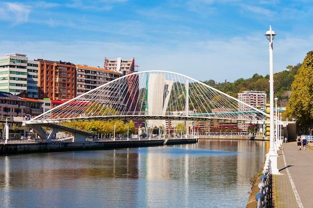 Nervion rivieroever in het centrum van bilbao, de grootste stad in baskenland in noord-spanje