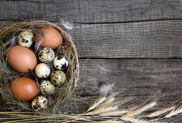 Nest eieren pasen, houten rustieke achtergrond