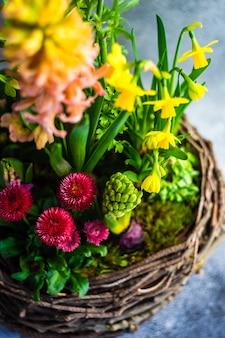 Nest interieur lente compositie met pot bloemen